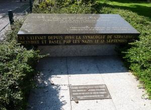 Stèle-commemorative-Ancienne_synagogue_de_Strasbourg-Place_des_Halles
